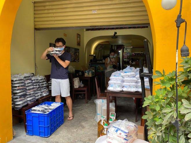 Mỗi ngày nhóm của Minh Châu phát tặng 1.000 suất cơm cho người nghèo trong thành phố.