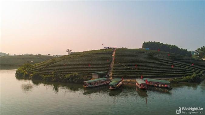 Những quả đồi mướt xanh soi bóng dưới mặt nước im lìm. Những con thuyền chở khách tham quan vừa cập bến. Ảnh: Nguyễn Thanh Hải